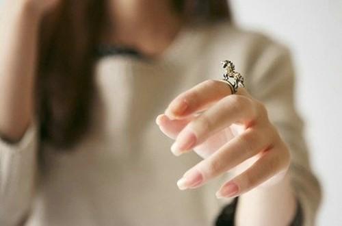 qq头像男生手指带个戒指