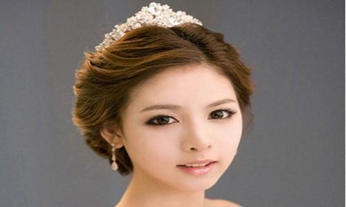 卷发新娘发型,采用中分的刘海发型设计