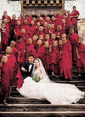 伟仔与嘉玲与僧侣一起拍婚纱照