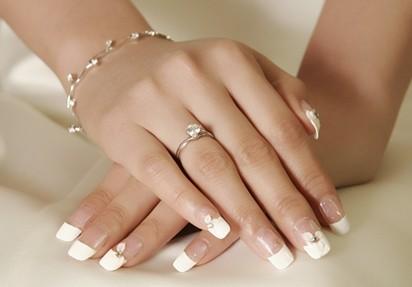 结婚钻戒与合适的指甲油颜色搭配会使你的